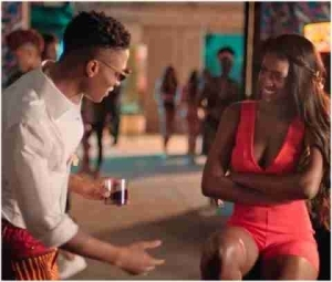 What Will You Do If You Meet Wizkid And Your Girlfriend Like This? (Photos)